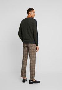 TOM TAILOR - FINE STRUCTURED CREW NECK - Pullover - olive drap navy mouline - 2