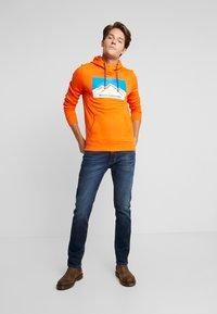 TOM TAILOR - HOODY WITH PRINT - Luvtröja - caramel orange - 1