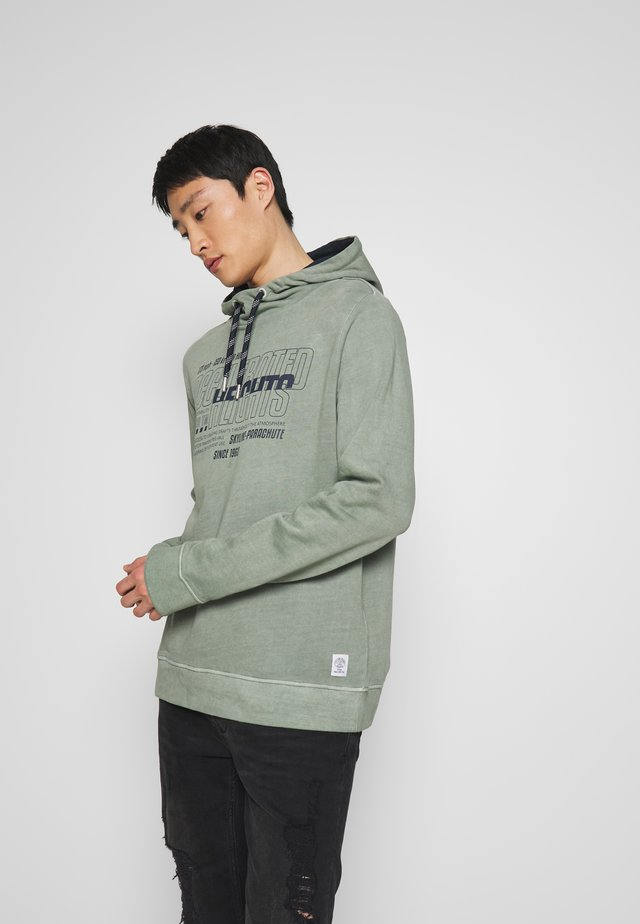 OVERDYED HOODIE WITH PRINT - Jersey con capucha - pale bark green