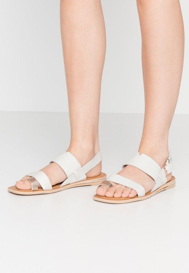 FREYA - Sandály s odděleným palcem - white