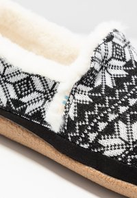 TOMS - INDIA - Pantuflas - black - 2