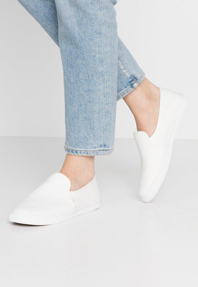 CLEMENTE - Nazouvací boty - white