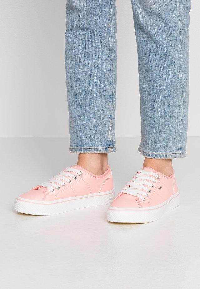 Sneaker low - coral