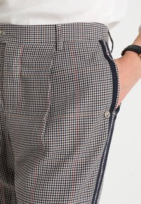 TOM TAILOR DENIM - CHECKED TAPERED PANTS - Kalhoty - sartorial check - 5