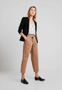 TOM TAILOR DENIM - STRAIGHT CULOTTE - Pantalon classique - warm beige                    brown - 1