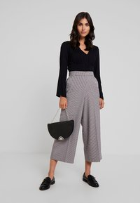 TOM TAILOR DENIM - CHECKED CULOTTE PANTS - Kalhoty - beige/brown - 1