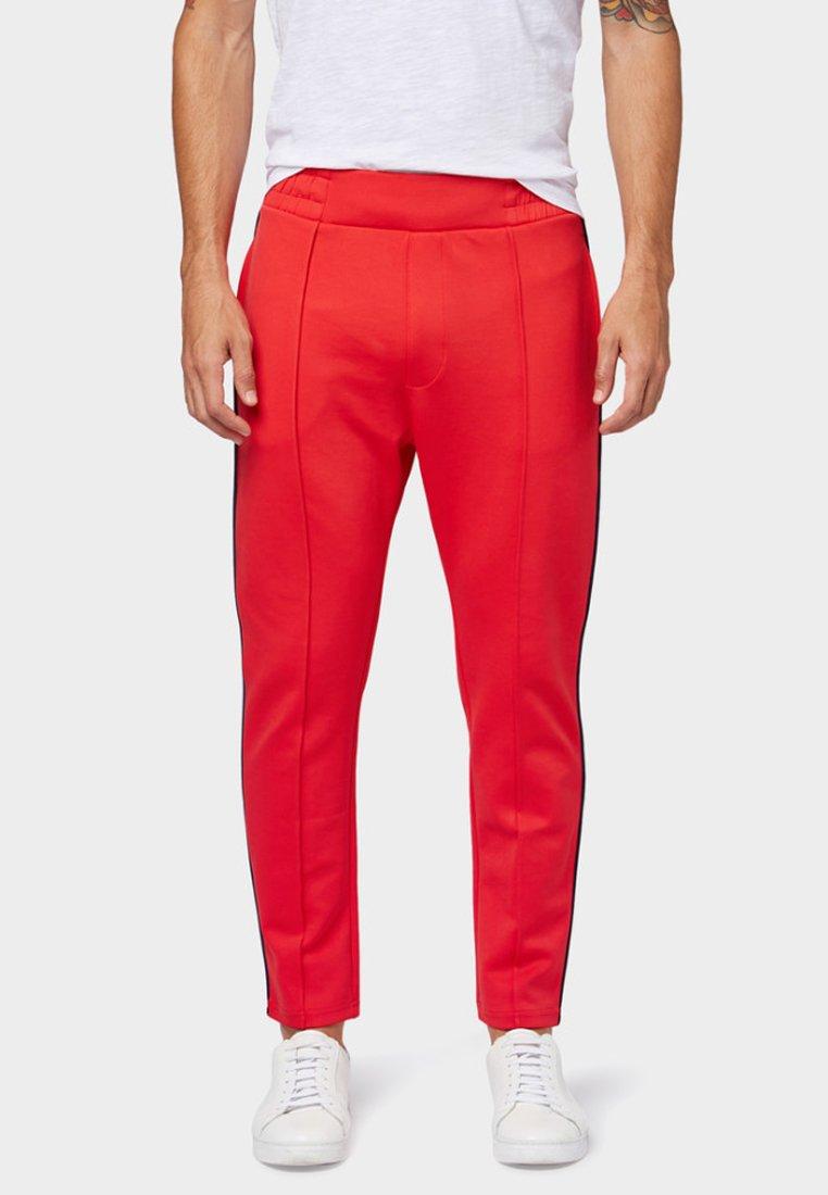 TOM TAILOR DENIM - MIT TAPE-DETAILS - Pantalon de survêtement - red