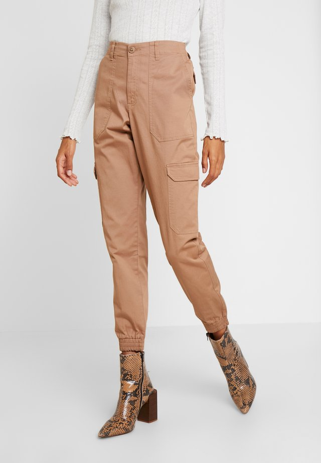 CARGO TRACKPANTS - Stoffhose - warm beige/brown