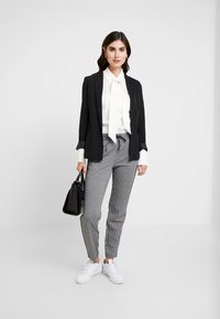TOM TAILOR DENIM - SOFT HOUNDSTHOOTH PANTS - Trousers - black/white - 2