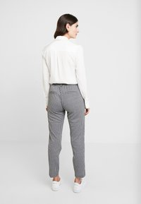TOM TAILOR DENIM - SOFT HOUNDSTHOOTH PANTS - Trousers - black/white - 3
