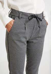 TOM TAILOR DENIM - SOFT HOUNDSTHOOTH PANTS - Trousers - black/white - 6