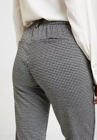 TOM TAILOR DENIM - SOFT HOUNDSTHOOTH PANTS - Trousers - black/white - 4