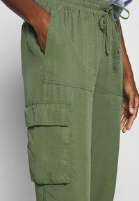 TOM TAILOR DENIM - SOFT UTILITY TRACK PANTS - Bukse - dull moss green - 4