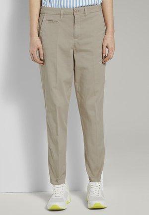 MIT BÜGELFALTE - Pantalones chinos - sand beige