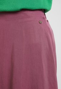 TOM TAILOR DENIM - FLARED SKIRT - Gonna a pieghe - dry rose red - 4