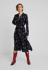 TOM TAILOR DENIM - SHIRT DRESS WITH FLOWER - Skjortklänning - black - 2