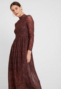 TOM TAILOR DENIM - PRINTED MESH DRESS - Vestido informal - brown/zebra - 4