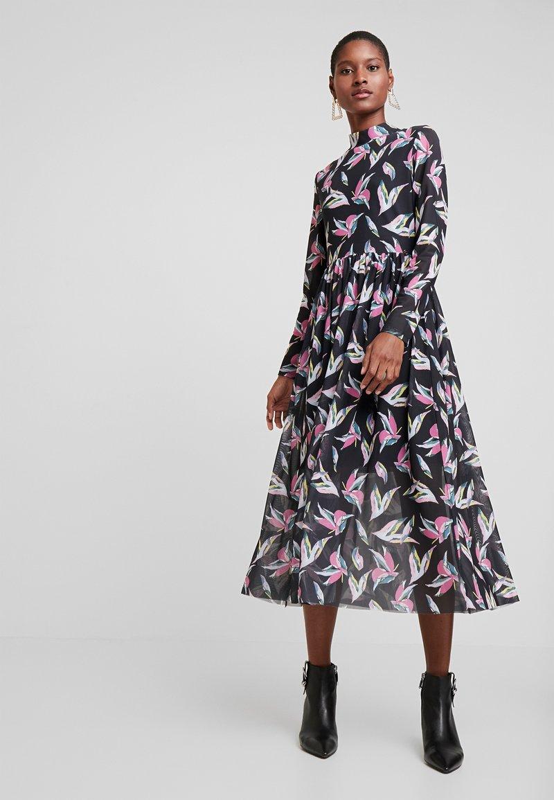 TOM TAILOR DENIM - PRINTED MESH DRESS - Denní šaty - black abstract flower print grey