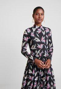 TOM TAILOR DENIM - PRINTED MESH DRESS - Denní šaty - black abstract flower print grey - 3