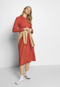 TOM TAILOR DENIM - STRUCTURED BELTED CARGO DRESS - Kjole - fox orange - 1