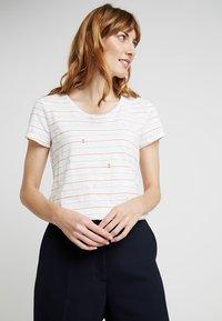 TOM TAILOR DENIM - ALL OVER PRINTED SLUB TEE - T-shirts med print - white - 0