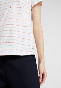 TOM TAILOR DENIM - ALL OVER PRINTED SLUB TEE - T-shirts med print - white - 4