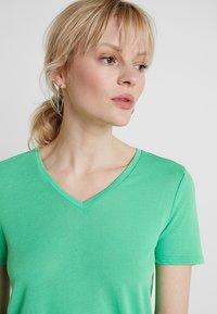 TOM TAILOR DENIM - EASY V NECK TEE - T-shirt basique - strong green - 2