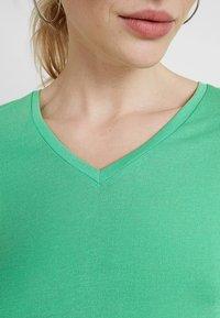 TOM TAILOR DENIM - EASY V NECK TEE - T-shirt basique - strong green - 4