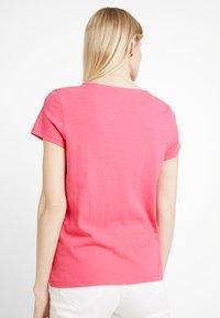 TOM TAILOR DENIM - SCHIFFLI MIX TEE - T-shirt con stampa - intense pink - 2