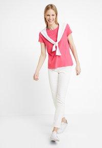 TOM TAILOR DENIM - SCHIFFLI MIX TEE - T-shirt con stampa - intense pink - 1
