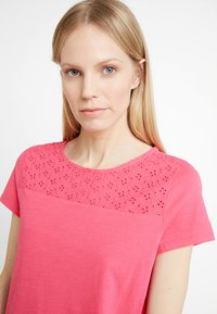 TOM TAILOR DENIM - SCHIFFLI MIX TEE - T-shirt con stampa - intense pink - 3