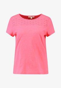 TOM TAILOR DENIM - SCHIFFLI MIX TEE - T-shirt con stampa - intense pink - 4
