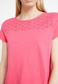 TOM TAILOR DENIM - SCHIFFLI MIX TEE - T-shirt con stampa - intense pink - 5