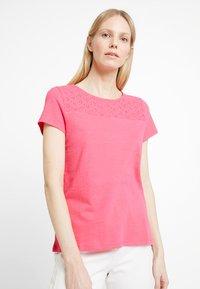 TOM TAILOR DENIM - SCHIFFLI MIX TEE - T-shirt con stampa - intense pink - 0