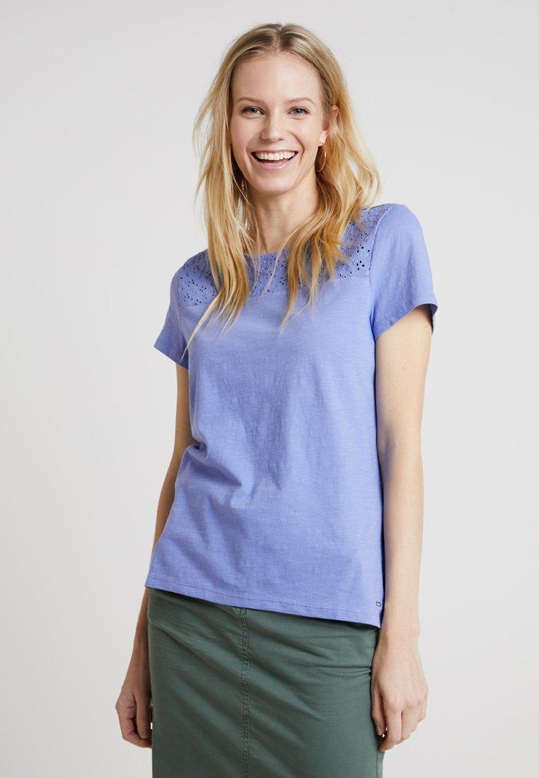 TOM TAILOR DENIM - SCHIFFLI MIX TEE - T-shirt con stampa - blue blossom/purpl