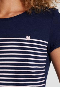 TOM TAILOR DENIM - PRINTED STRIPE TEE - Printtipaita - blue/white/rose - 5