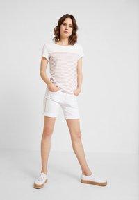TOM TAILOR DENIM - PRINTED STRIPE TEE - T-shirt med print - off white/rose - 1