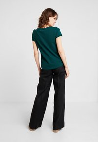 TOM TAILOR DENIM - PRINTED STRIPE TEE - T-shirt med print - green/rose - 2