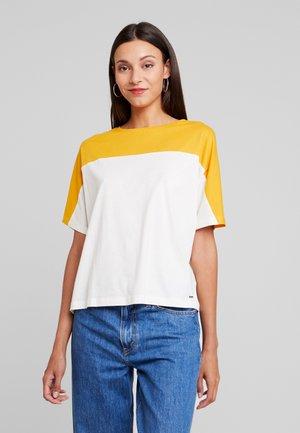BOXY TEE WITH SEAM - Camiseta estampada - gardenia white