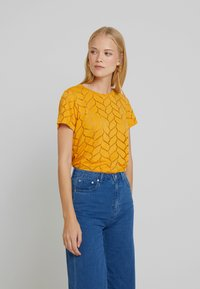 TOM TAILOR DENIM - SOFT TEE - Printtipaita - sunflower - 0