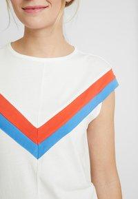 TOM TAILOR DENIM - COLOURBLOCK TEE - T-shirt z nadrukiem - off white - 6