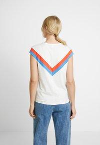 TOM TAILOR DENIM - COLOURBLOCK TEE - T-shirt z nadrukiem - off white - 2