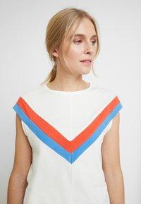TOM TAILOR DENIM - COLOURBLOCK TEE - T-shirt z nadrukiem - off white - 3