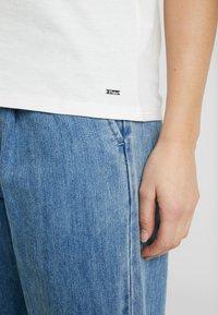 TOM TAILOR DENIM - COLOURBLOCK TEE - T-shirt z nadrukiem - off white - 4