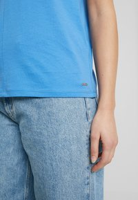 TOM TAILOR DENIM - COLOURBLOCK TEE - T-shirt z nadrukiem - water blue - 3