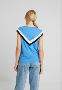 TOM TAILOR DENIM - COLOURBLOCK TEE - T-shirt z nadrukiem - water blue - 2