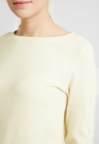 TOM TAILOR DENIM - WAFFLE STRUCTURED  - Jersey de punto - pale yellow - 5