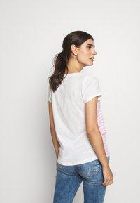 TOM TAILOR DENIM - SLUB TEE - T-shirt z nadrukiem - rose/white - 2