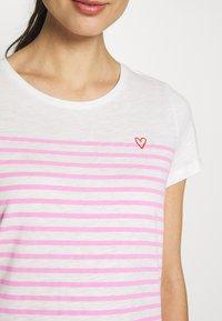 TOM TAILOR DENIM - SLUB TEE - T-shirt z nadrukiem - rose/white - 5