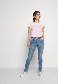TOM TAILOR DENIM - SLUB TEE - T-shirt z nadrukiem - rose/white - 1